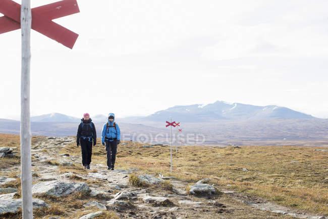 Frauen wandern durch Feld, selektiver Fokus — Stockfoto