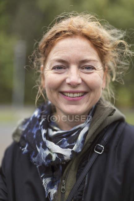Портрет улыбающейся женщины с избирательным акцентом — стоковое фото