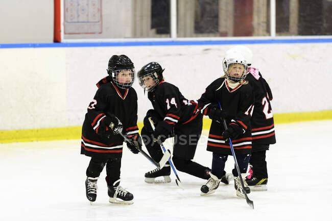 Les filles patinent pendant l'entraînement de hockey sur glace — Photo de stock