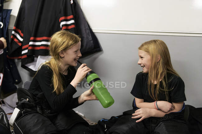 Girls in changing room preparing for ice hockey training — Stock Photo