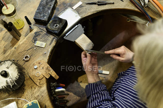 Goldsmith working on ring, selective focus — Foto stock
