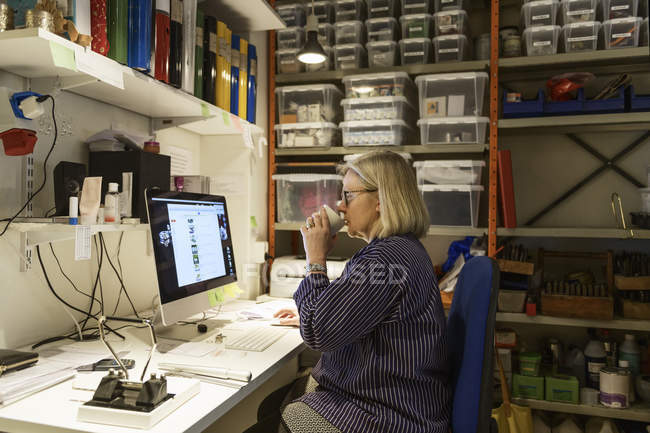 Goldsmith working at computer, selective focus — Fotografia de Stock