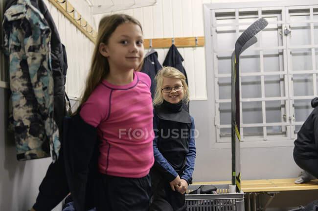 Girls in changing room preparing for ice hockey training — Stock Photo