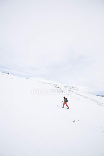 Ski de fond dans de magnifiques montagnes enneigées — Photo de stock
