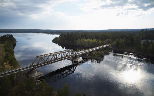 Puente sobre el río Angerman en Meselfors, Suecia - foto de stock