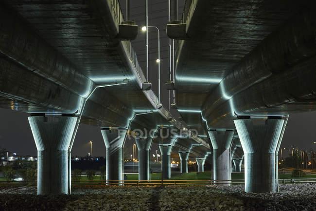 Pont illuminé la nuit à Malmo, Suède — Photo de stock