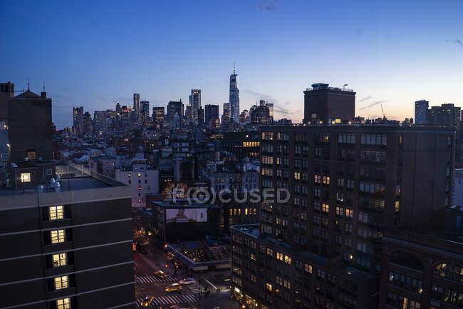 Vista panorámica del paisaje urbano de Manhattan por la noche - foto de stock