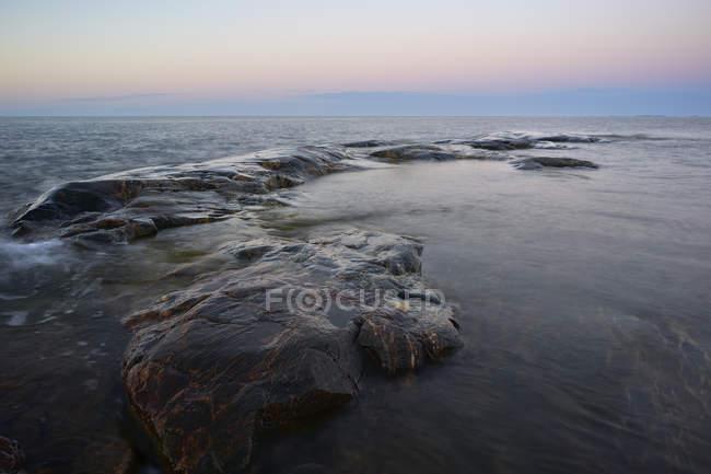 Скелі в Балтійському морі на заході сонця — стокове фото