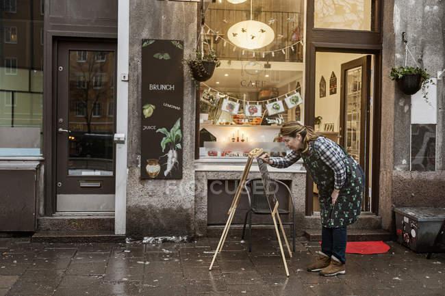 Señal de escritura del dueño de la cafetería, enfoque selectivo - foto de stock