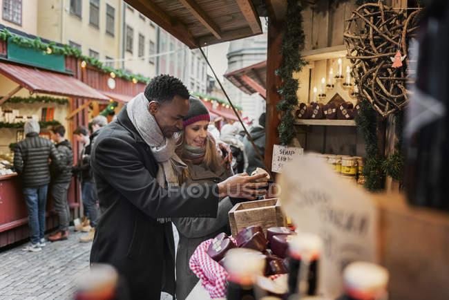Acquisti di coppia sul mercato, focus selettivo — Foto stock