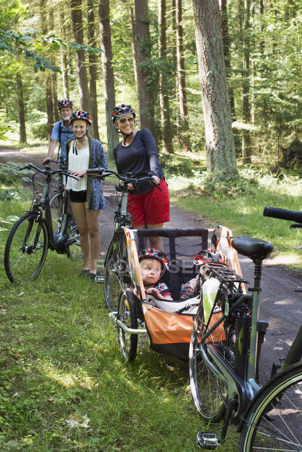 Family with bicycles spending time together in forest — Stock Photo