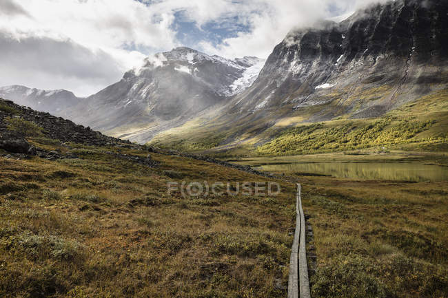 Vista panoramica del sentiero attraverso le montagne in Norrbotten, Svezia — Foto stock