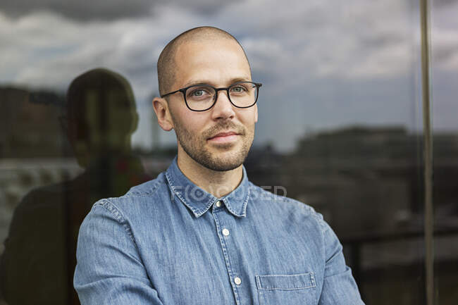 Mid adult man in eyeglasses looking at camera — Stock Photo