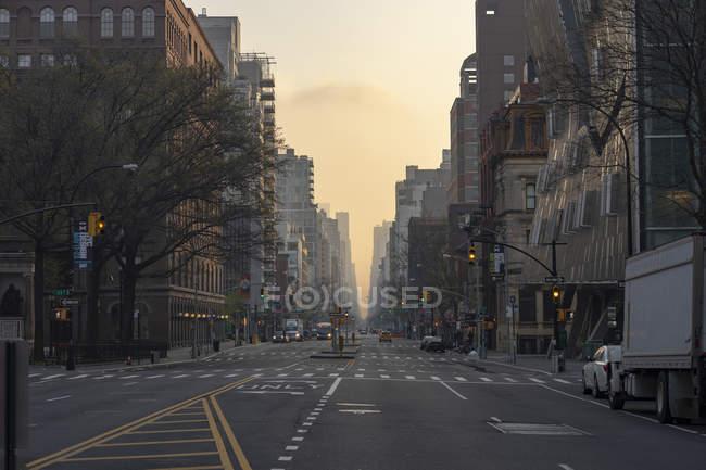 Vista panorâmica das marcas rodoviárias na rua da cidade — Fotografia de Stock