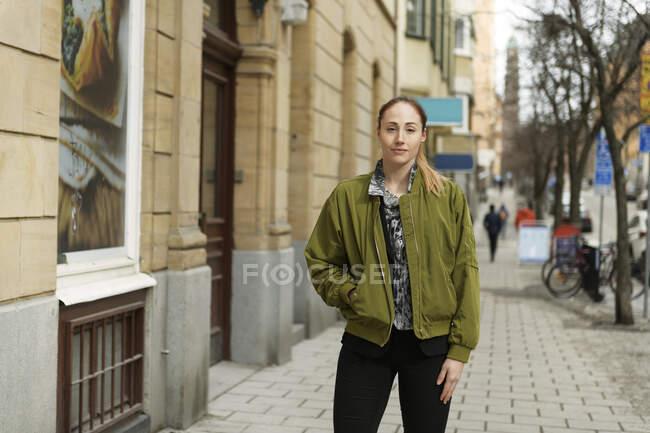Retrato de mulher jovem na calçada — Fotografia de Stock