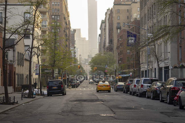 Taxi giallo su strada a Manhattan, New York — Foto stock