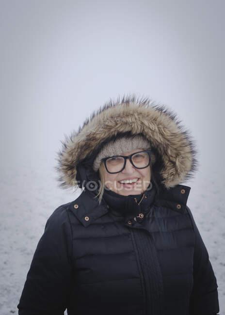 Портрет пожилой женщины в снегу — стоковое фото