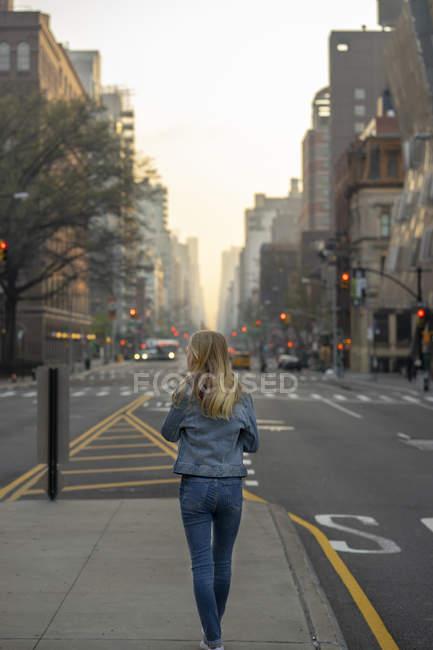 Дівчинка - підліток, що йде вулицею міста. — стокове фото