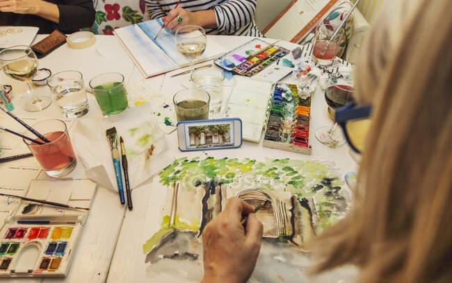Женщины рисуют акварелью, обрезанный кадр — стоковое фото
