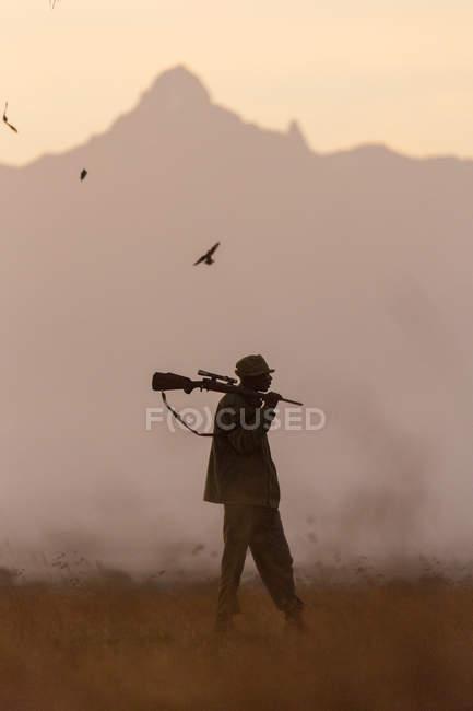 Avistamiento de parques con rifle, Kenia - foto de stock