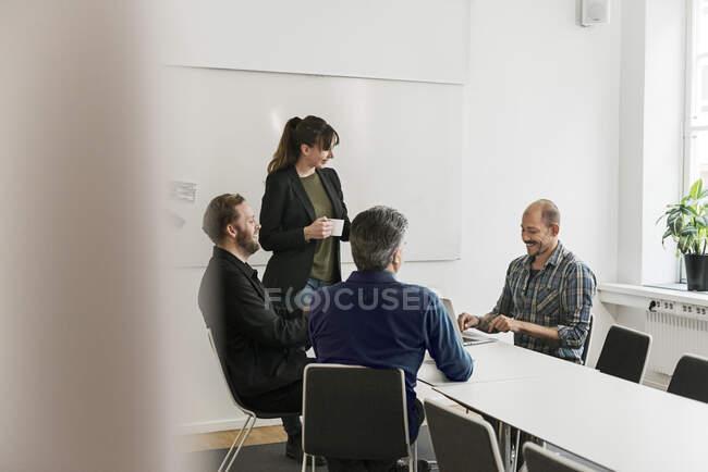 Entretiens avec des gens d'affaires lors d'une réunion au bureau — Photo de stock