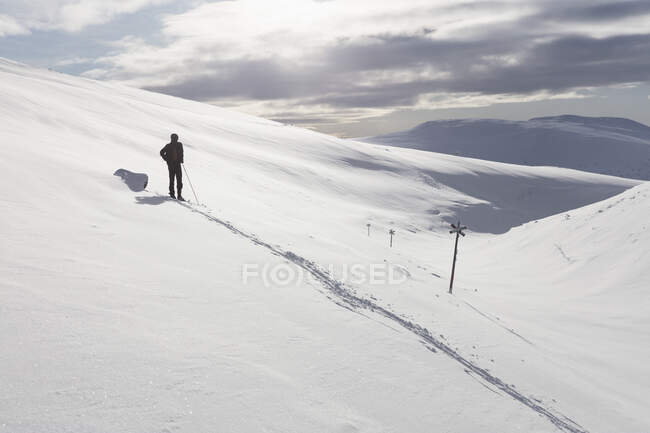 Man skiing in beautiful snow-covered mountains — Stock Photo