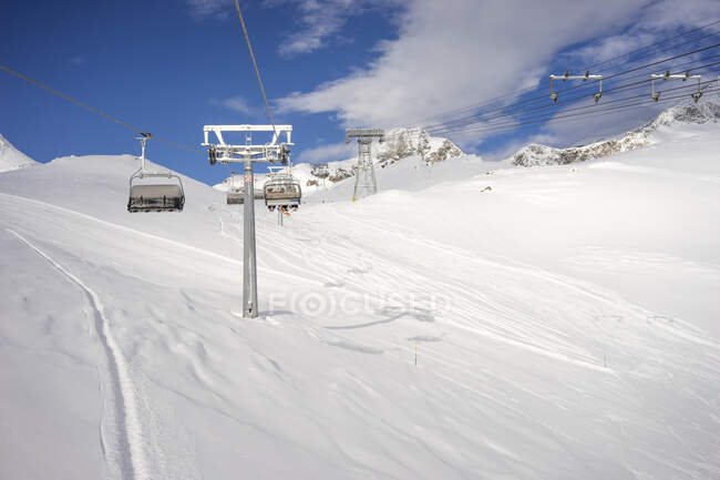 Ski lift over snow in beautiful snow-covered mountains — Stock Photo