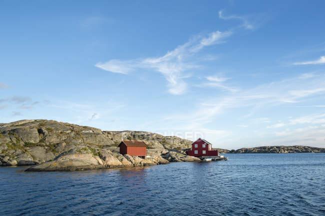 Houses near sea in Bohuslan, Sweden — Photo de stock