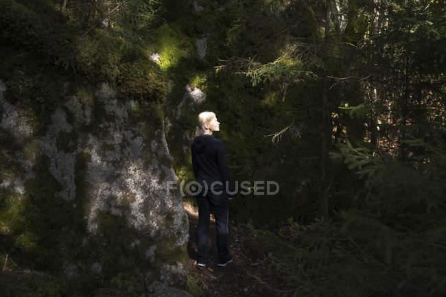 Жінка за мохом вкрила скелі. — стокове фото