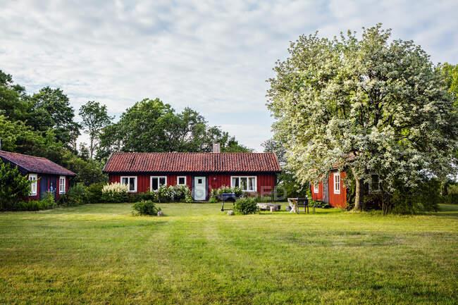 Giardino e case a Borgholm, Svezia — Foto stock