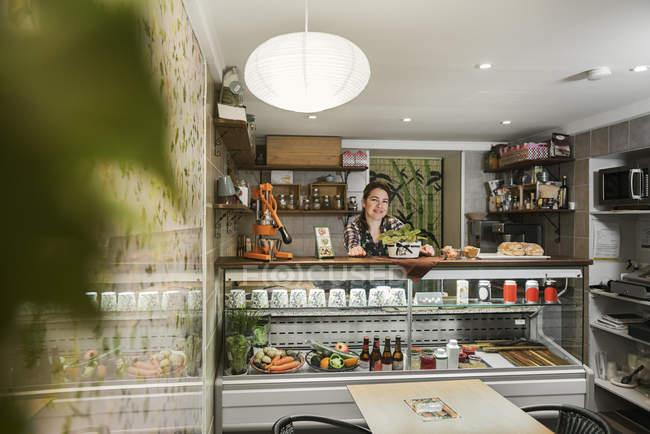 Propriétaire de café derrière le comptoir, choix sélectif — Photo de stock