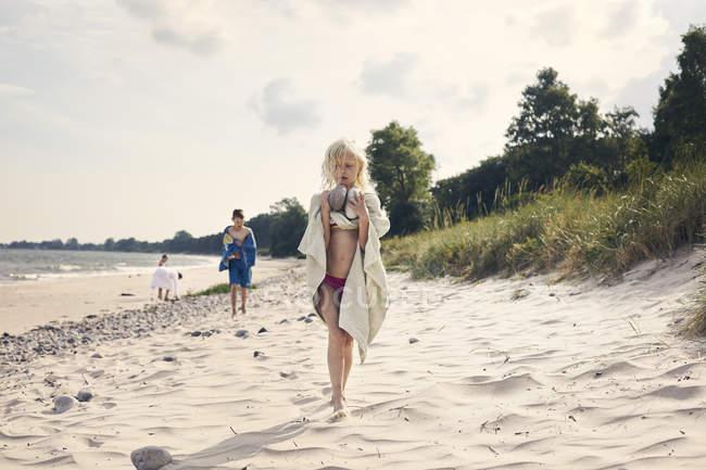Девушка с камнями на пляже — стоковое фото