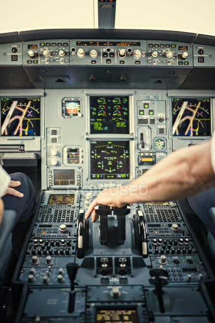 Mão piloto no painel de controle de avião, tiro recortado — Fotografia de Stock
