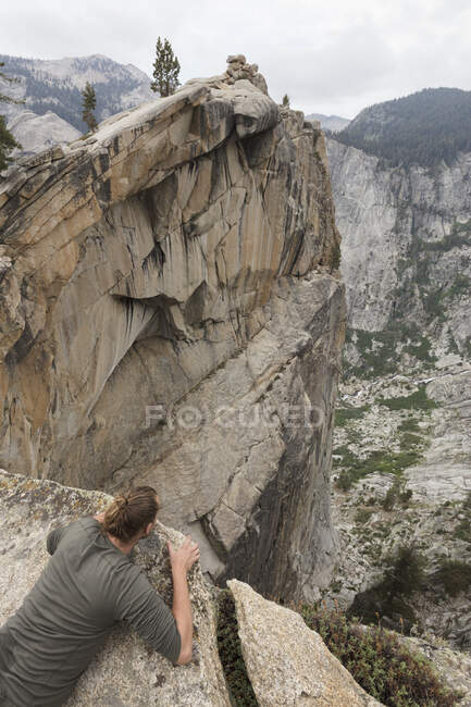 Man on cliff in Sequoia National Park in California — Stock Photo