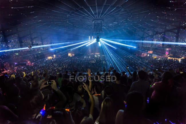 Натовп у нічному клубі в Амстердамі (Недерлендс). — стокове фото