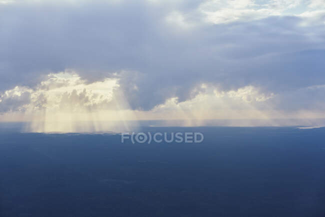 Soleil et nuages au-dessus de la mer, vue naturelle étonnante — Photo de stock