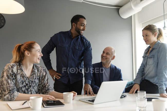 Imprenditori durante la riunione, attenzione selettiva — Foto stock