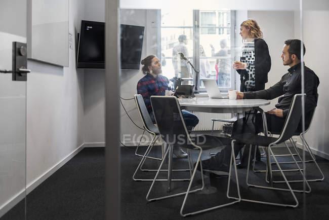 Коллеги во время встреч, избирательный подход — стоковое фото