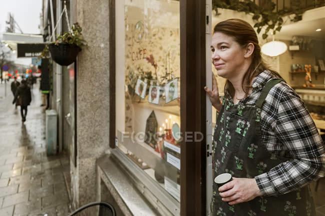 Proprietario del caffè sulla porta, attenzione selettiva — Foto stock