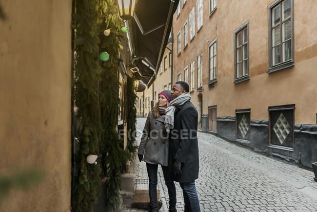 Coppia che cammina per strada a Natale — Foto stock