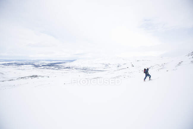 Man cross country skiing in beautiful snow-covered mountains — Stock Photo