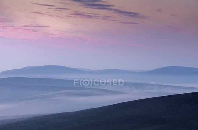 Силуети пагорбів на заході сонця в Скруссбург, Шотландія — стокове фото