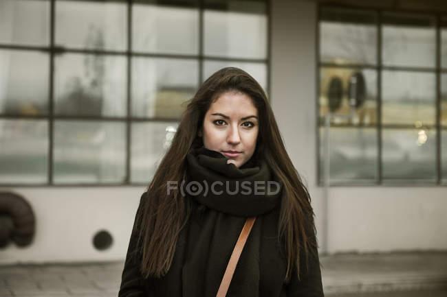 Ritratto di giovane donna che indossa una sciarpa — Foto stock