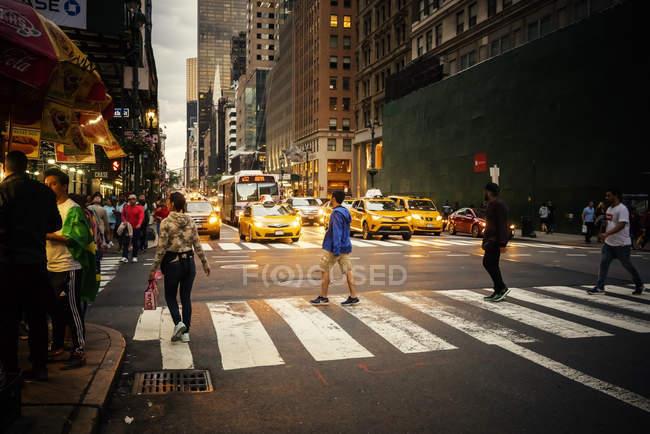 Люди перетинають Манхеттен-стріт, зосереджуються на вибірці. — стокове фото