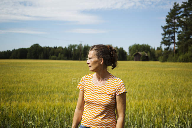 Mulher em pé no campo em Dalarna, Suécia — Fotografia de Stock