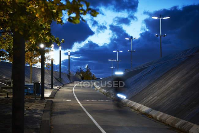 Fuß- und Radweg am Abend in Stockholm, Schweden — Stockfoto