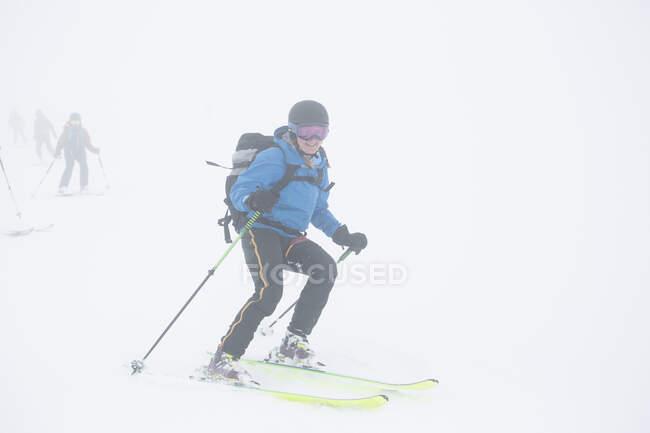 Femme skiant dans de magnifiques montagnes enneigées — Photo de stock