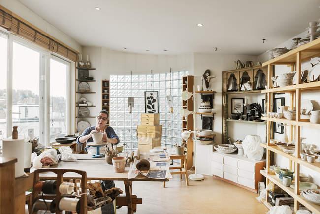Femme fabriquant de la poterie, orientation sélective — Photo de stock