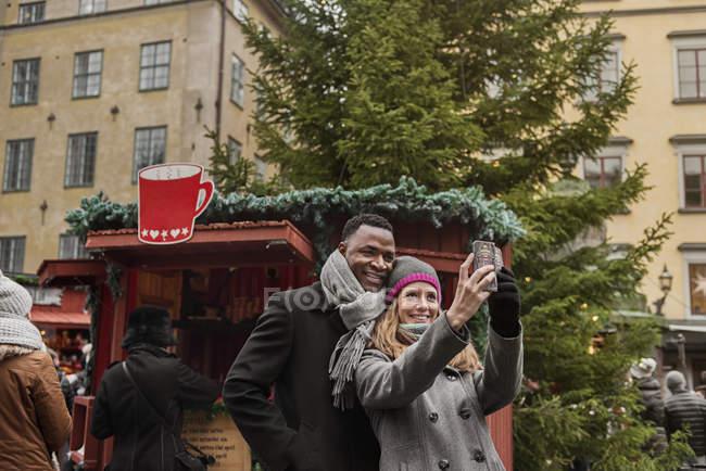Coppia scattare selfie alla Fiera di Natale — Foto stock