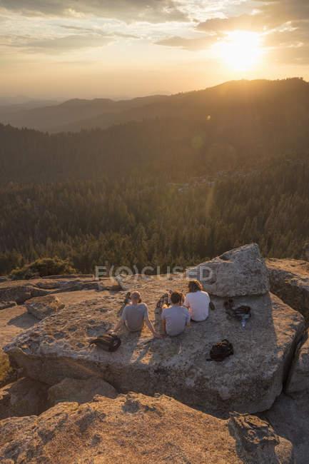 Чоловіки на скелі під час заходу сонця в національному парку Секвоя (Каліфорнія). — стокове фото